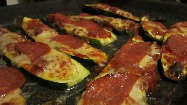 Le zucchine al forno velocissime con mozzarella e salame
