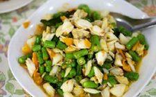 Un'insalata particolare con polpa di granchio, mango e fagiolini