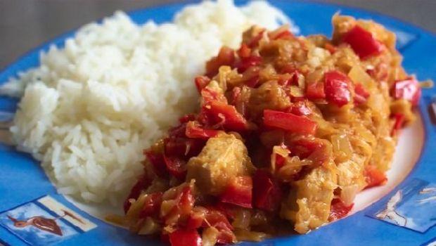 Il pollo in agrodolce con peperoni rossi e riso basmati