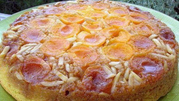 La torta di albicocche rovesciata con mandorle a filetti