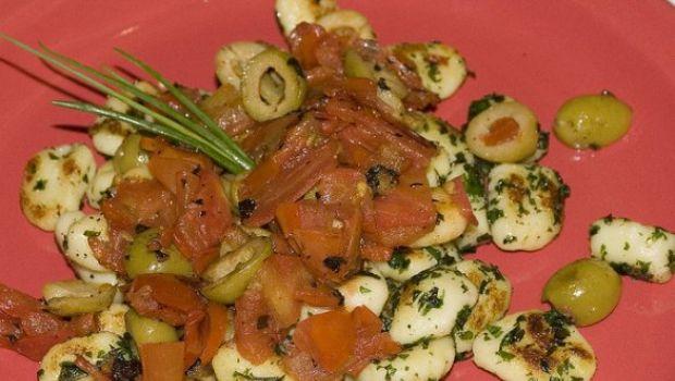 Gli gnocchi di patate con pomodori olive e mozzarella di Mario Batali