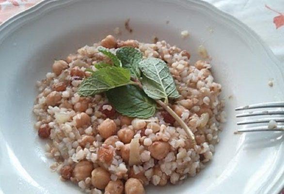 Primi piatti per l'estate: grano saraceno con ceci e frutta secca