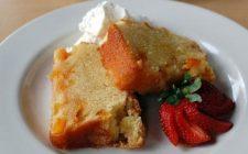 Il plum cake alle pesche e yogurt per un breakfast estivo