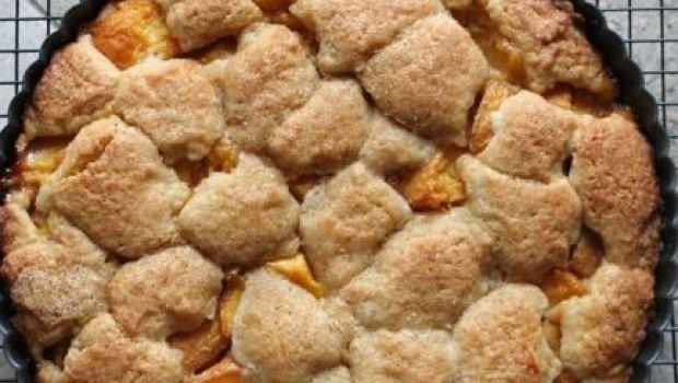 La crostata di pesche fresche e crema pasticcera alla cannella