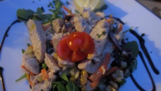 Ricetta secondi: insalata di pollo con pomodorini, rucola, carote e sesamo