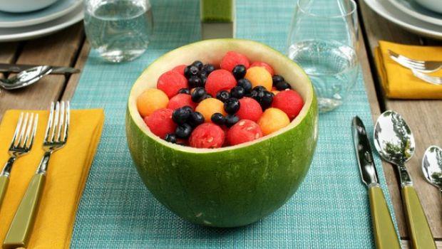 Macedonia di frutta al moscato dentro l'anguria