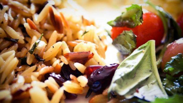 Primi piatti d'estate: insalata di riso integrale con pollo e fragole