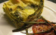 Primi piatti d'estate: lasagne di pane carasau con pesto e stracchino
