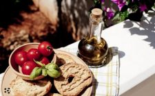 Ricette estate: friselline con pomodorini e caciocavallo