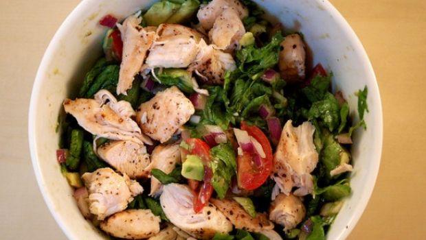 La ricetta dell'insalata di pollo per i pranzi estivi