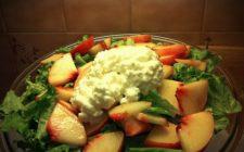 Ricetta estiva: insalata di pesche e caprino