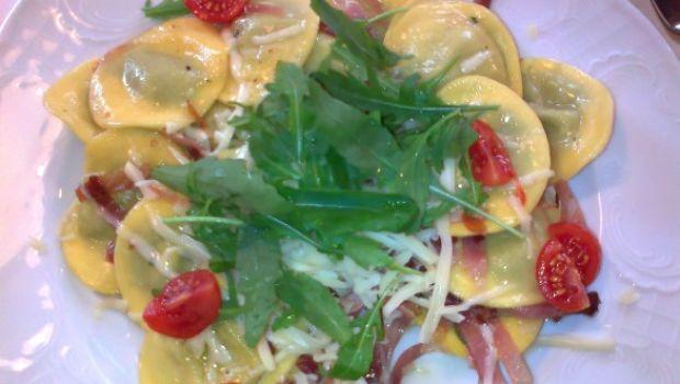 Ravioli ripieni di ricotta e tarassaco con rughetta e pomodorini