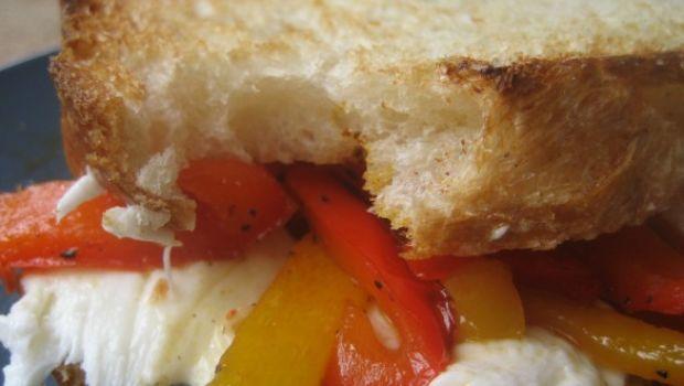 La ricetta del panino con mozzarella e peperoni per uno spuntino veloce