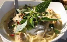 La ricetta degli spaghetti al curry con petto di pollo per un piatto fusion