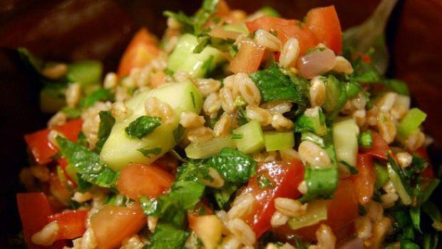 L'insalata di farro base per pietanze estive