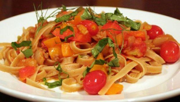 Cucina in casa un'ottima pasta con i peperoni, ecco la ricetta originale