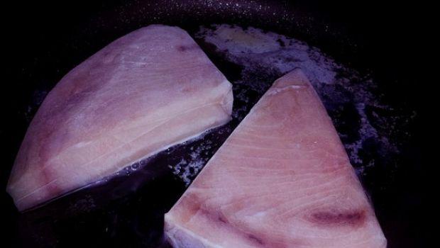 Ecco la ricetta del pesce spada al forno con pomodorini e pistacchi
