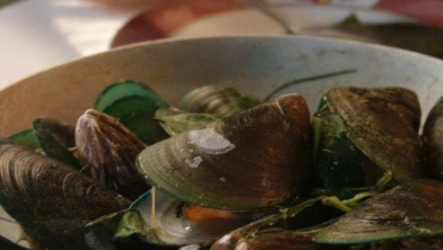 Bruschette di mare con cozze e vongole, la ricetta per l'antipasto sfizioso