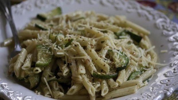 La ricetta della pasta con le zucchine per le cene con gli amici