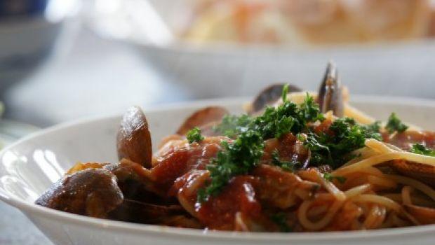 La ricetta degli spaghetti alle vongole con pomodorini e cozze
