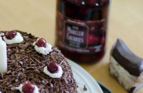 La ricetta della torta di ciliegie facile con mandorle e cioccolato