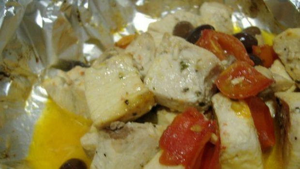La ricetta del pesce spada in padella alla siciliana con pomodori e olive
