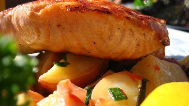 Le ricette per fare il salmone al forno con patate e con pomodorini