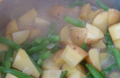 La ricetta dei fagiolini lessi con patate per un contorno leggero