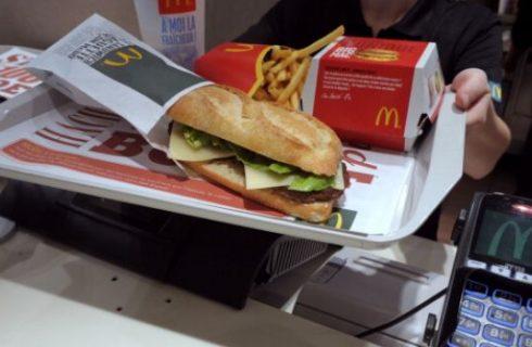 Chiude il McDonald's in Galleria a Milano e gli amanti del junk food fanno la fila
