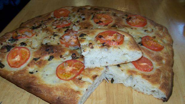 La ricetta della focaccia barese con pomodori e olive