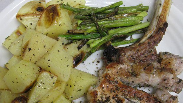 Braciole di maiale al forno con patate e rosmarino