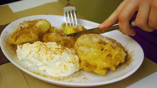 Le frittelle di mele dolci con la pastella senza uova per un dessert light