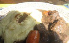 Lo stufato d'asino, la ricetta con contorno di polenta