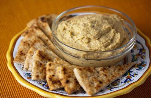 La ricetta dell'hummus o crema di ceci per un antipasto vegan