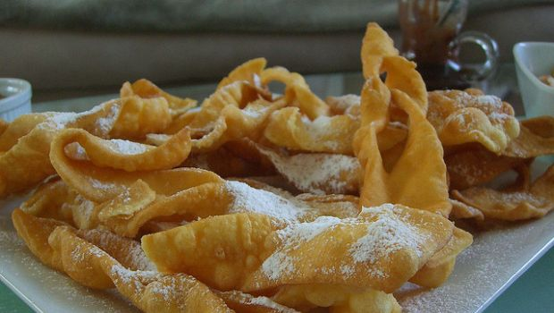 I crostoli marchigiani con la ricetta tipica di carnevale