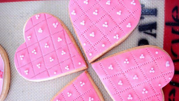 Biscotti decorati in pasta di zucchero per San Valentino