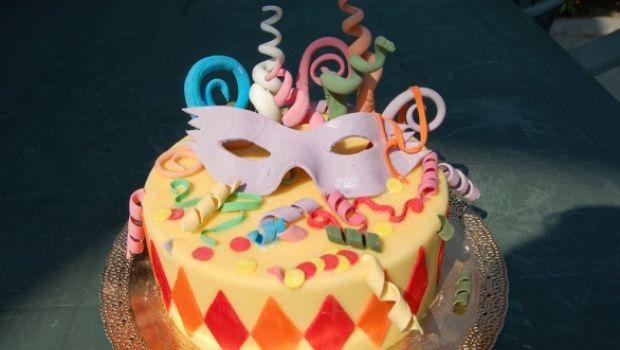 Decorare le torte di Carnevale con maschere e coriandoli di zucchero
