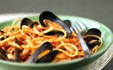 Gli spaghetti con le cozze al sugo e in bianco