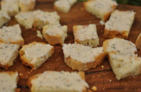 La ricetta per i crostini di pane da fare al forno o in padella