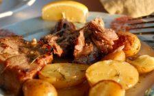 La ricetta dell'arrosto di agnello al forno con patate per il pranzo di Pasqua