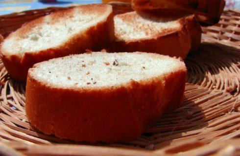 I crostini al prosciutto e mozzarella per un antipasto semplice