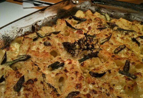 I maccheroni al forno con la besciamella per il pranzo della domenica