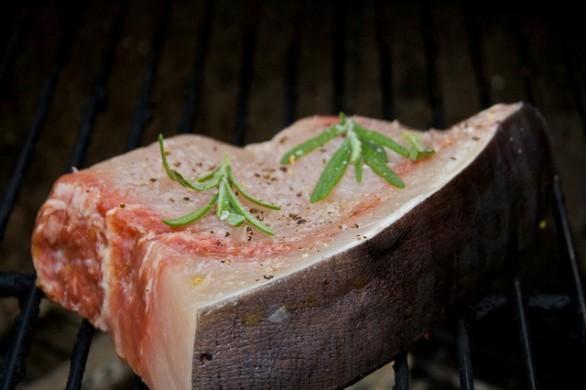 La ricetta del pesce spada alla pizzaiola nella variante al forno e in padella