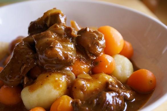 Lo stufato con patate con la ricetta facile da fare