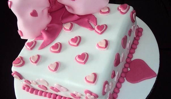 Torta decorata in pasta di zucchero per la festa della mamma