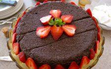 Cheesecake con fragole e cioccolato per stupire durante la Festa della mamma