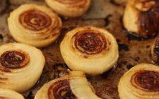 La ricetta delle cipolline al forno per il buffet dell'aperitivo