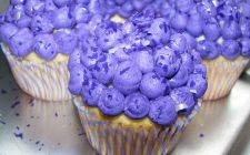 Cupcake alla vaniglia decorati con panna
