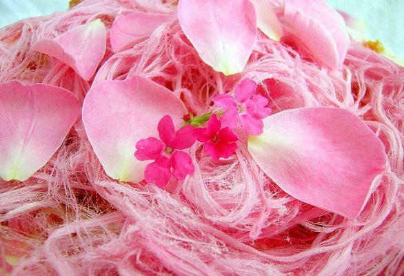 La torta per la Festa della mamma con i petali di rosa