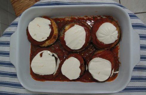 Le melanzane in padella, ecco come farle con pomodoro e mozzarella